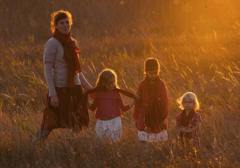 Cornides; cornidesagnes; sál; pamutsál; festett pamut; vörös; divat; anyalánya; anya-lánya; momanddaughter; mom&daughter; motheranddaughter; kert; ősz; csaladivallalkozas; slowlife; lassuelet; boldogsag; boldogelet; családi vállalkozás; vidékre költözők; videkrekoltozok; nyugalom; balatonfelvidék